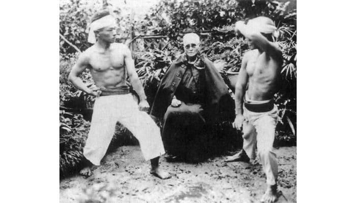 Karateka torso nudo, pantaloni e obi