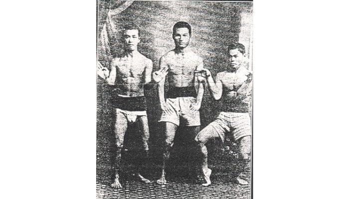Tre Karateka in allenamento con perizoma