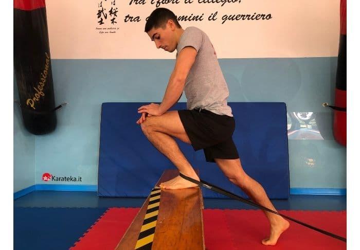 esercizi-mobilità-articolare-caviglia-elastico